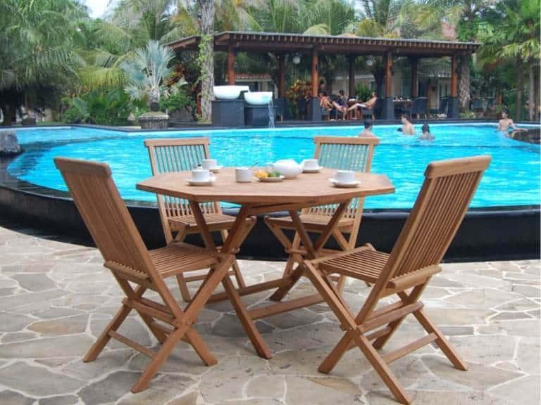 Teak Esstisch mit Stühlen am Pool