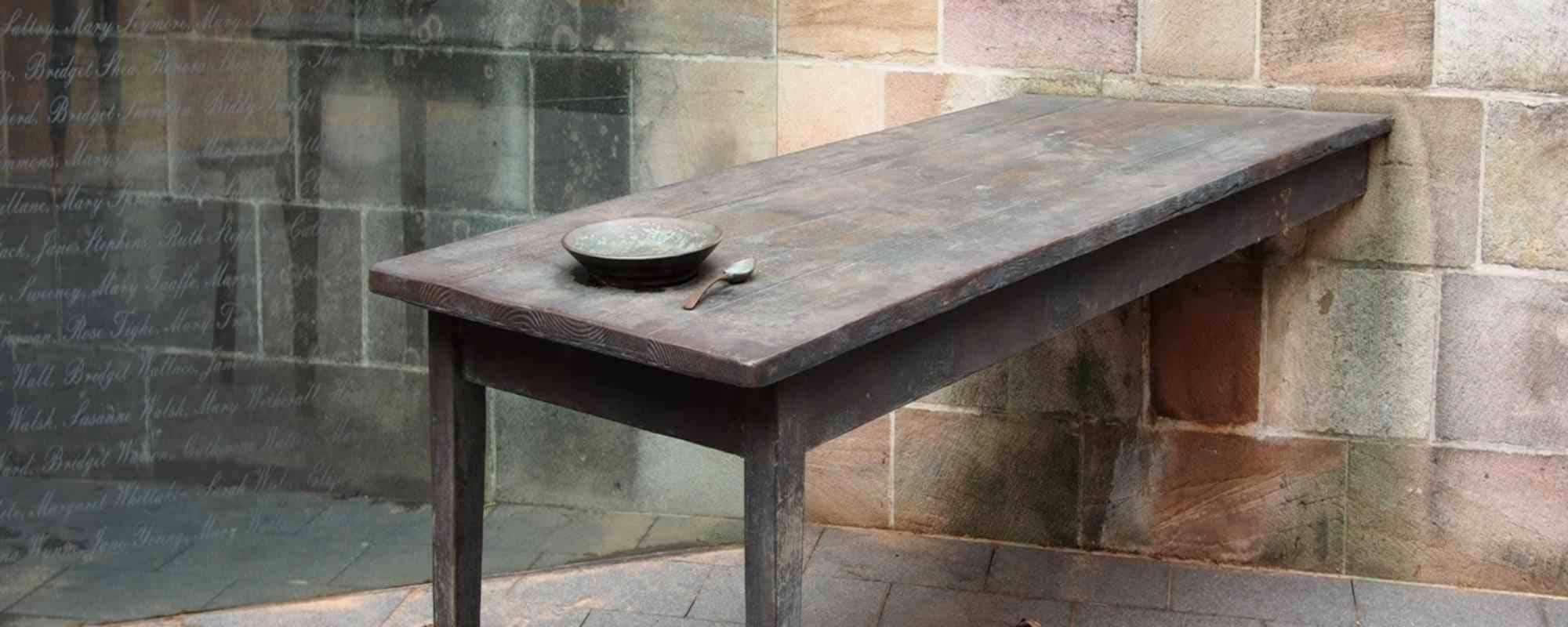 Tisch An Die Wand Gelehnt